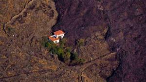 سالم ماندن یک خانه در میان گدازههای آتشفشان