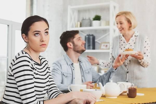 چرا همسرم مایل به رفت و آمد با خانواده ام نیست؟
