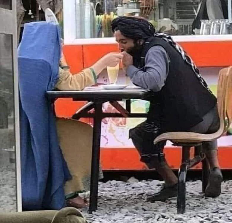 عکس/ قرار عاشقانه یکی از اعضای طالبان در کافهای در کابل!