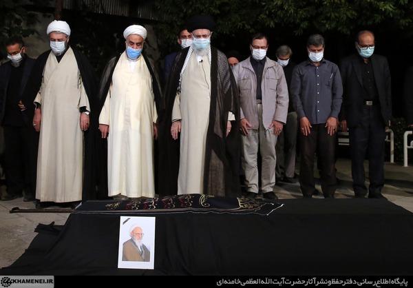 رهبر انقلاب بر پیکر علامه حسن زاده آملی نماز اقامه کردند