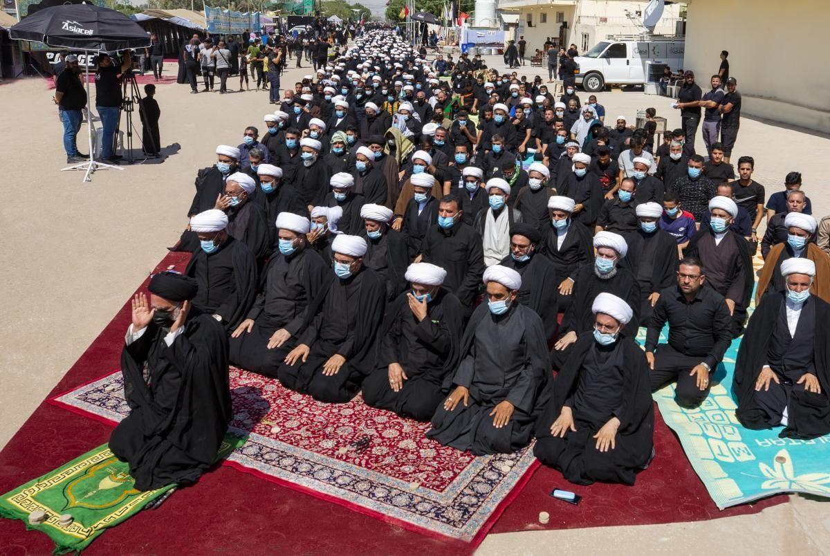 عکس/ اقامه نماز جماعت در جاده نجف بسوی کربلا