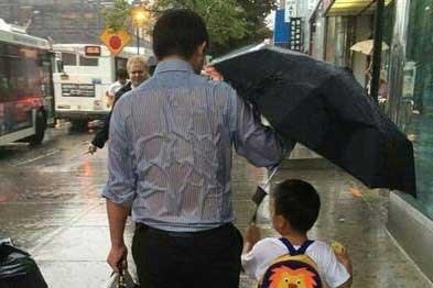4 گوشه دنیا/ اقدام عجیب پدری دلسوز برای نجات فرزندش!