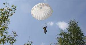 در هم پیچیدن خطرآفرین دو چتر نجات در میان زمین و آسمان!