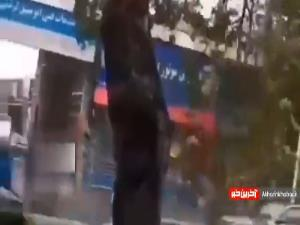 لحظه سقوط درخت روی پژو پارس در پی طوفان امروز شهر گرگان