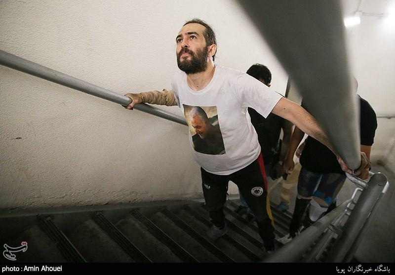 عکس/ ثبت رکورد پله نوردی بیمار ام اس در برج میلاد