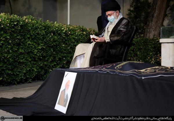 عکس/ اقامه نماز رهبر انقلاب بر پیکر آیتالله حسنزاده آملی
