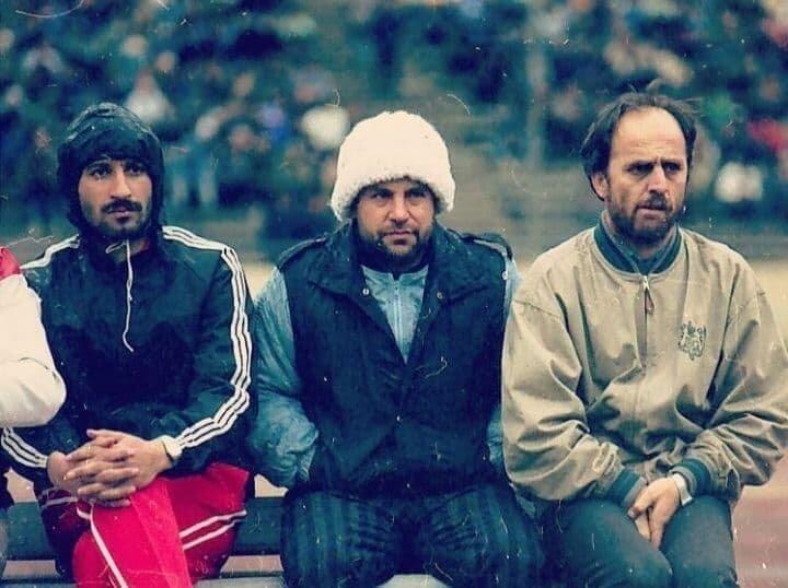 علی پروین با تیپی خاص روی نیمکت دهه شصت پرسپولیس