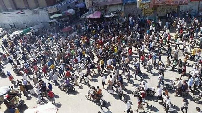 آتش زدن تصاویر «هادی» در تعز یمن؛ معترضان خواستار اخراج ائتلاف سعودی هستند