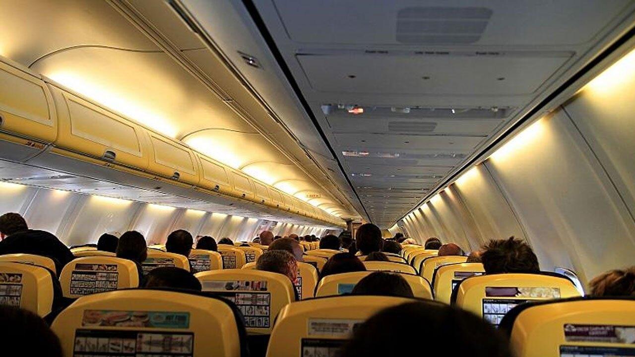 تصاویر عجیب بزن بزن در هواپیماهای آمریکایی و کتک خوردن مهمانداران!