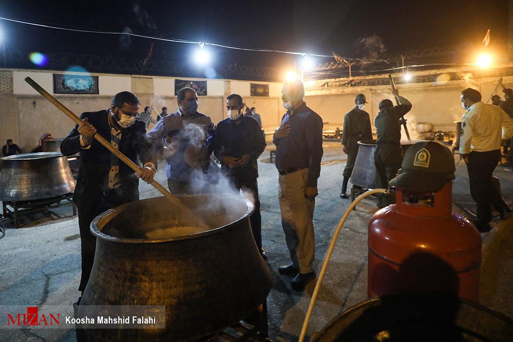 طبخ حلیم نذری به مناسبت اربعین حسینی در زاهدان