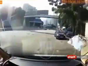 چپ کردن خودروی سواری پس از برخورد با یک اتومبیل دیگر