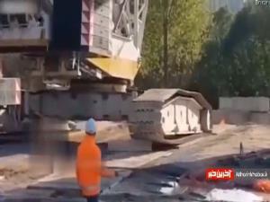 واژگونی جرثقیل هنگام بلند کردن سازه عظیم!