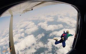لحظات نفس گیر پریدن چند مسافر با چتر نجات از هواپیما
