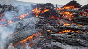 گدازههای آتشفشان لاپالما در مسیر دریا