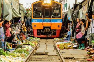 مائه کلونگ، بازاری در بانکوک که قطار از وسط آن میگذرد!