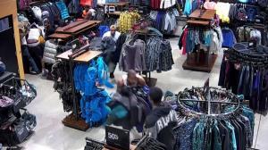 سرقت گروهی از فروشگاه مقابل چشم مشتریان!