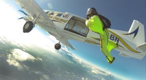 پرواز هیجان انگیز با وینگسوت در کنار هواپیما