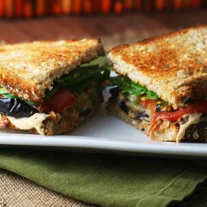 آموزش «ساندویچ بادمجان با پنیر» لذیذ برای نهار
