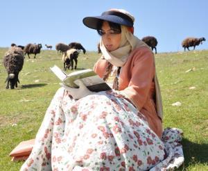 چهرهها/ مطالعه لیلا بلوکات در جایی دنج در طبیعت