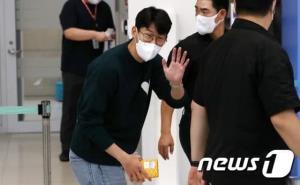 بازگشت سون به کره با عینک و ظاهری عجیب