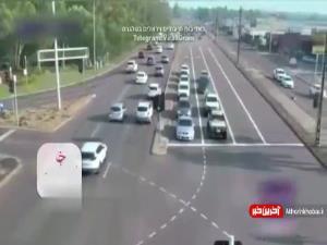 عبور خطرناک یک خودرو از میان خودروهای دیگر