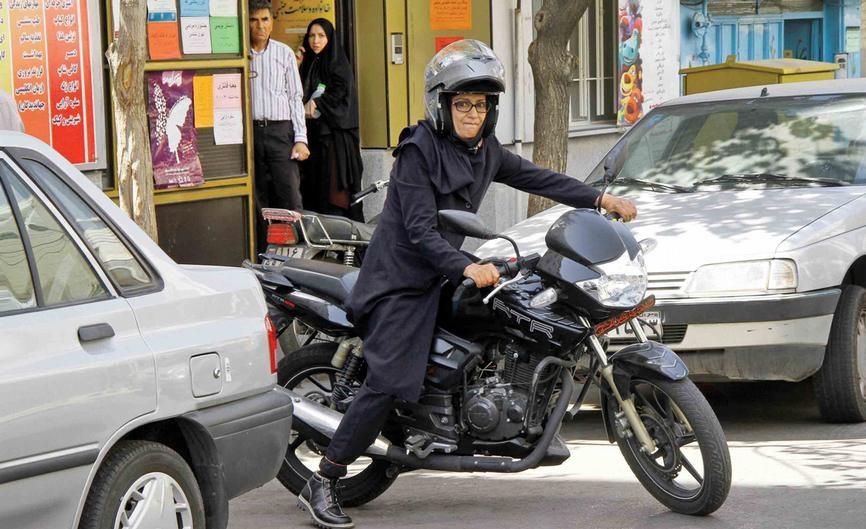 پلیس: برای صدور گواهینامه موتورسواری بانوان منع قانونی داریم