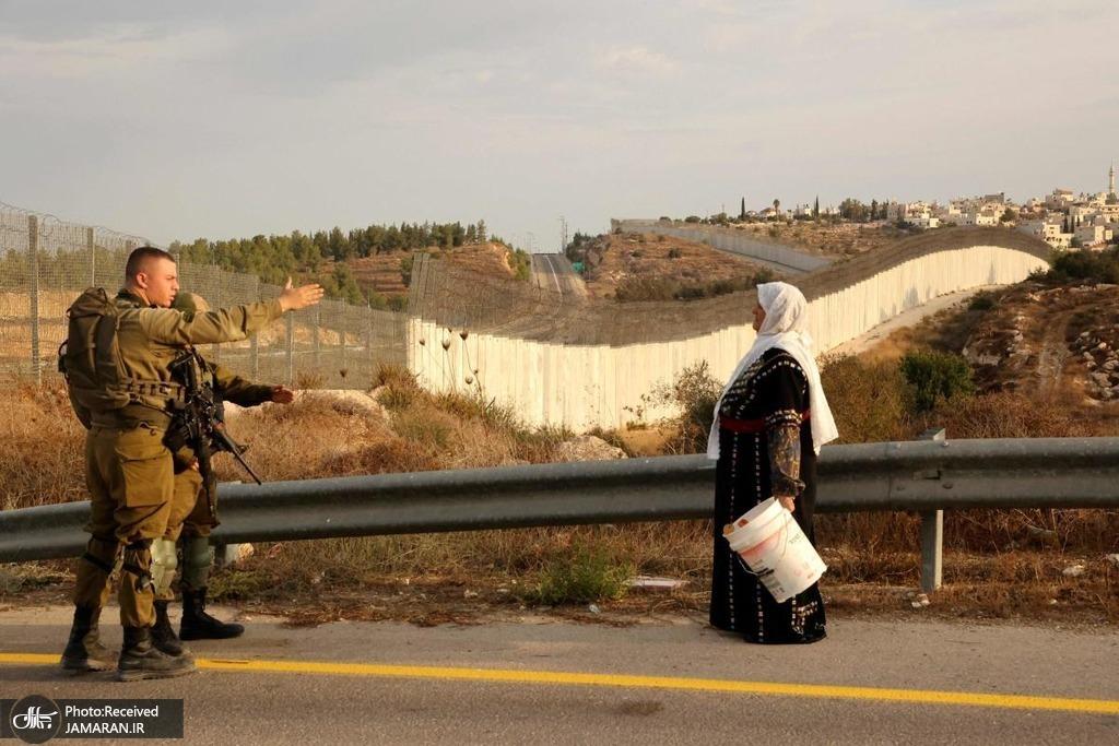 ایست بازرسی ارتش رژیم صهیونیستی در مقابل مزارع زیتون فلسطینیان