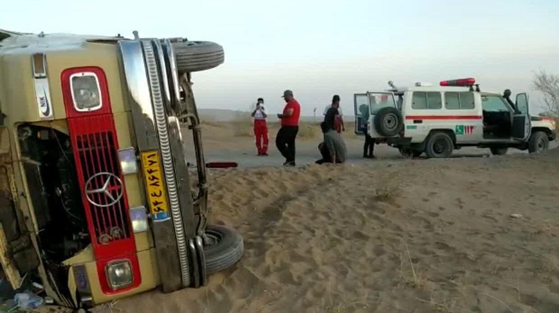 واژگونی مینیبوس در کویر مرنجاب ۱۸ مصدوم برجای گذاشت
