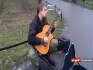 اجرای خیابانی این گیتاریست حرفه ای را از دست ندهید