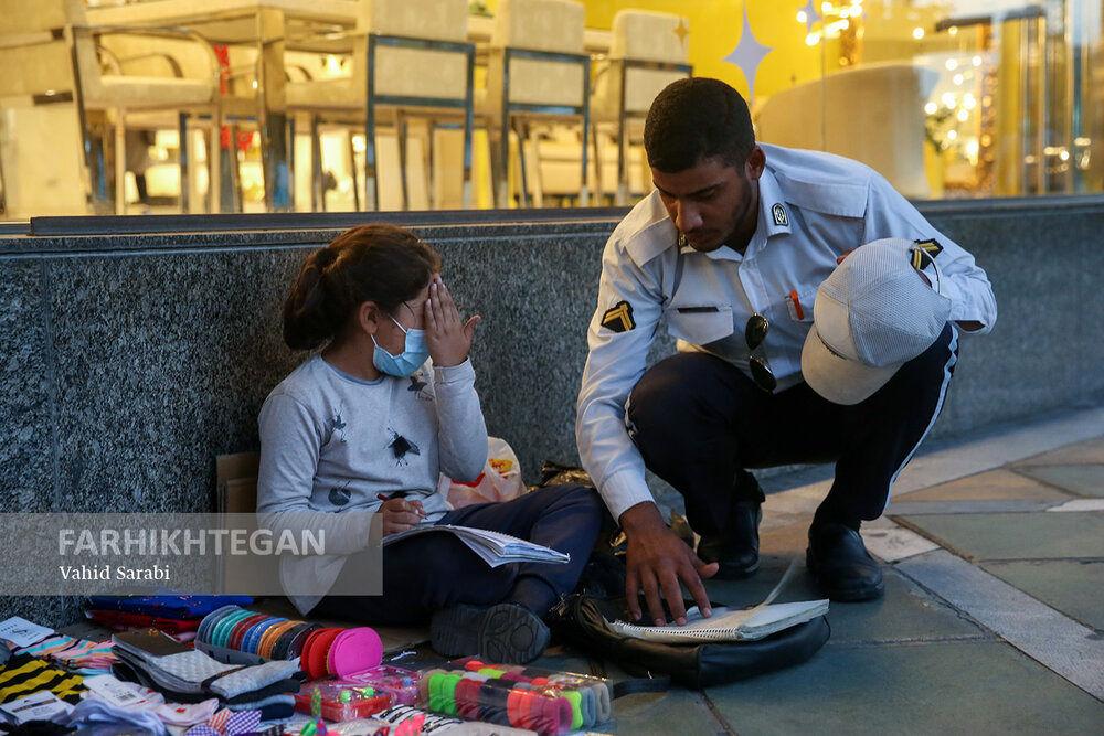 عکس/ دیکته گفتن سرباز راهور به کودک کار