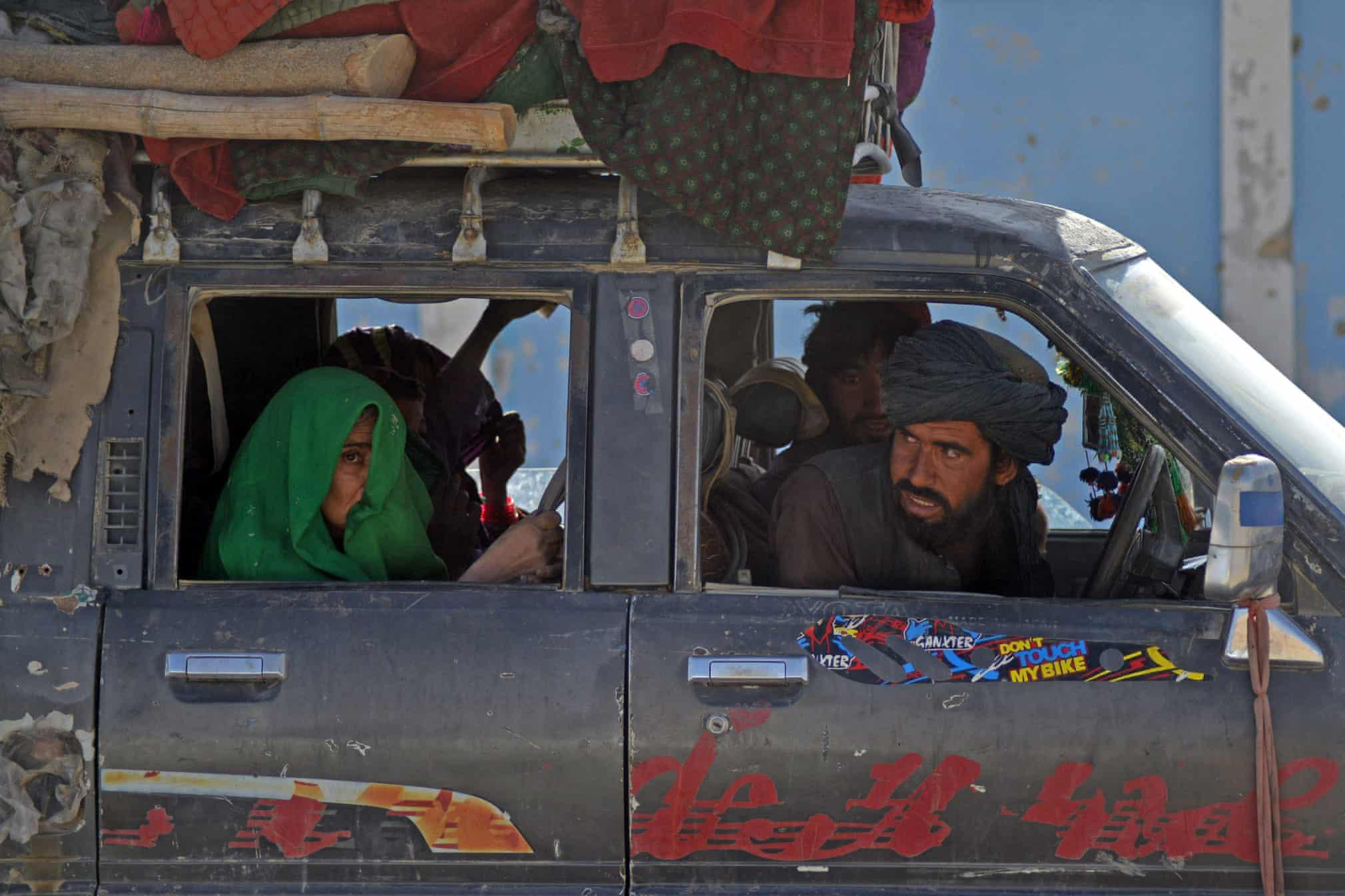 ترسِ زن افغان و پوشاندن صورت خود از حضور طالبان