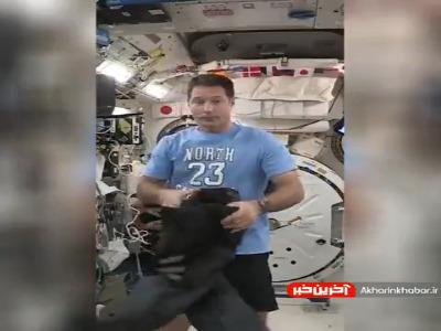 روش بامزه شلوار پوشیدن در فضا!