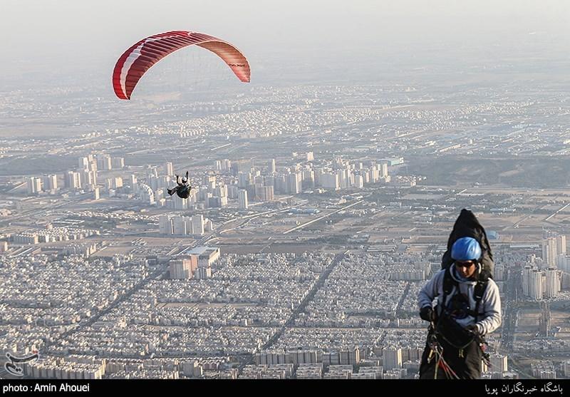 عکس/ ورزش های هوایی یگان های ویژه ناجا بر فراز دریاچه چیتگر