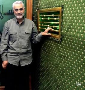 تصویری از شهید حاج قاسم سلیمانی در حرم امام حسن عسگری(ع)😍💖