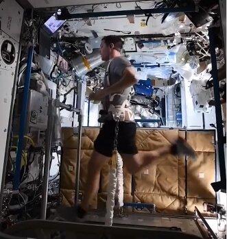 دویدن فضانورد ایستگاه فضایی بینالمللی روی تردمیل