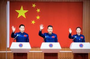 واکنش های جالب دختر فضانورد زن چینی هنگام اعزام به ماموریت