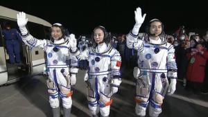 پرتاب موفقیتآمیز فضاپیمای چینی با سه فضانورد به فضا