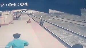 لحظه نجات نفسگیر کودک هندی از زیر قطار