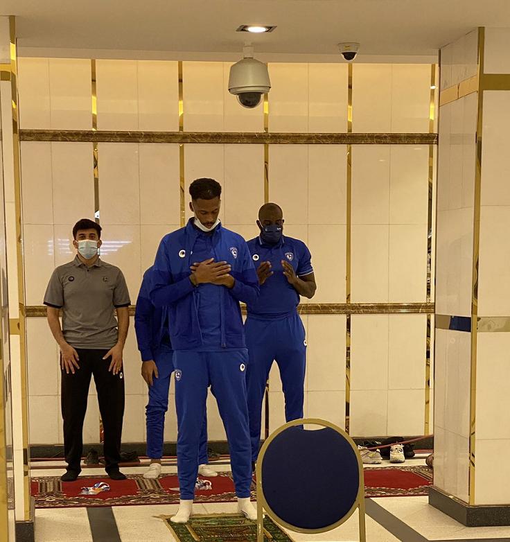 عکس/ نماز بازیکنان الهلال در رختکن