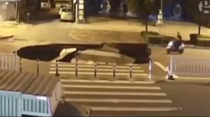سقوط موتورسیکلت به داخل یک گودال بزرگ