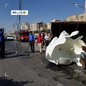 واژگونی کامیون حمل آب و گازوئیل در خیابان خبرنگار