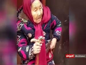لحظه شیرینِ شکلات دادن مادر 107 ساله به دختر 84 ساله اش!