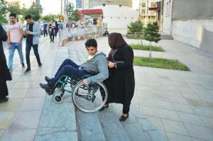 مبلمان شهری گنبدکاووس برای تردد سالمندان و معلولان مناسب نیست