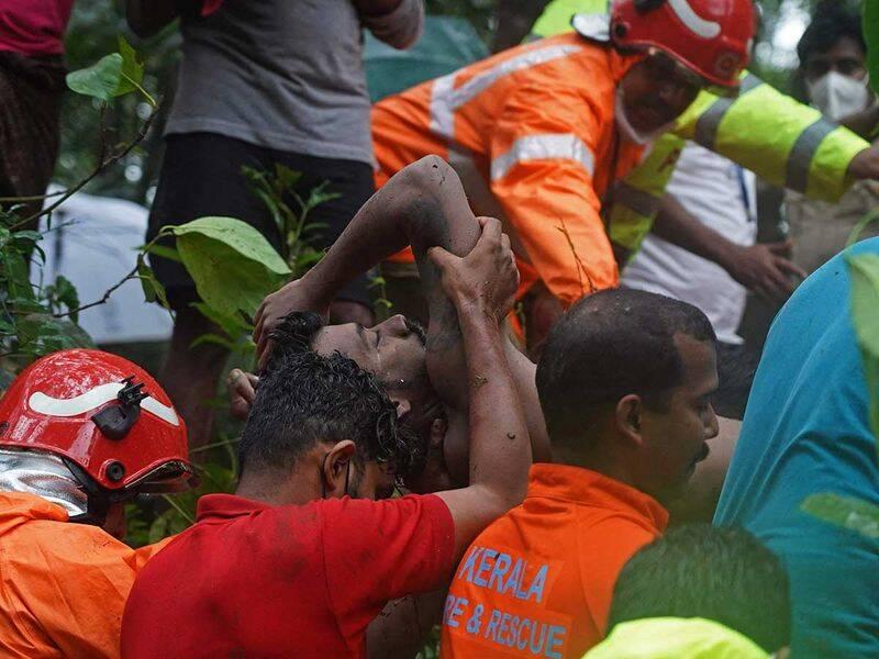 بیرون کشیدن یک جنازه از سیلاب در کرالا هند