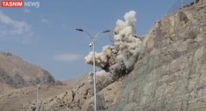 لحظه انفجار سنگ ۳ هزار تنی در آزادراه تهران - شمال