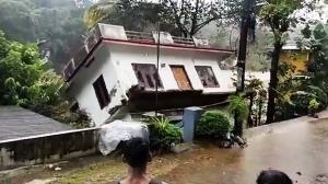 سیل شدید در هند یک خانه را در خود بلعید!