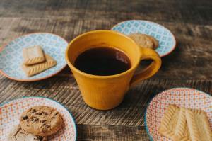 چگونه لکه قهوه وچای روی لیوان از بین ببریم؟