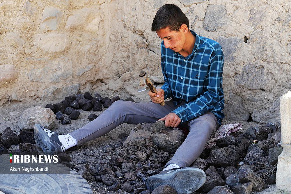 عکس/ روستایی که پیر و جوان به ساخت سنگ پا مشغولند!