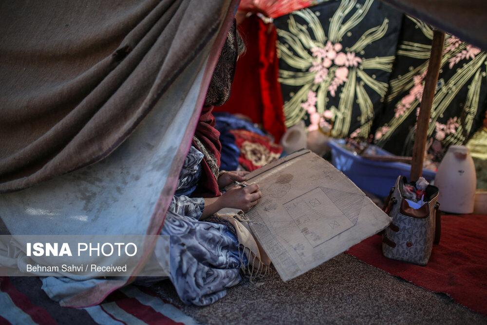 نقاشی پرمعنای دختر افغان روی تکه ای کارتن