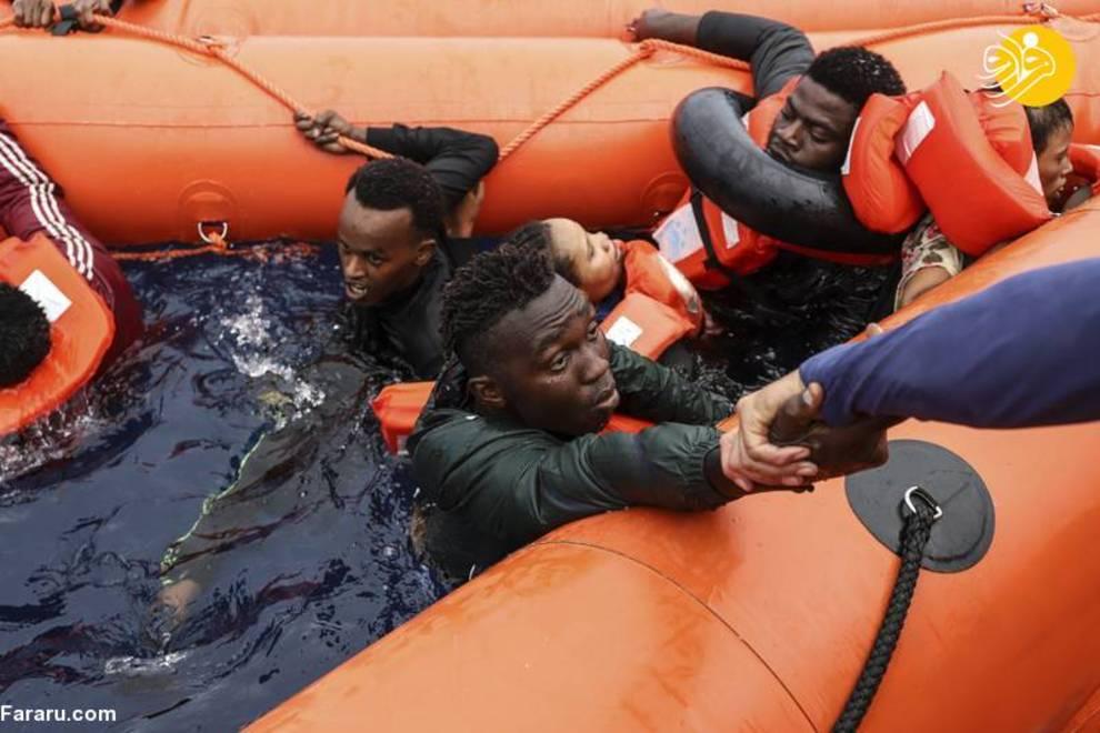 عکس/ لحظه نجات مهاجران سرگردان در دریای مدیترانه
